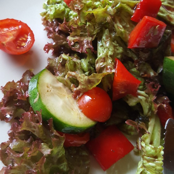 Salat-mit-Mandel-Senf-Dressing