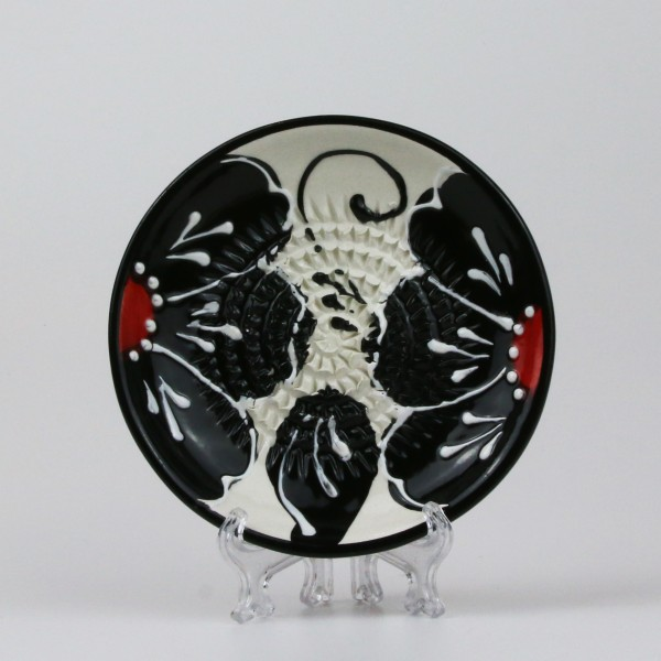 Keramik Reibe mit schwarzen Blüten auf weiß