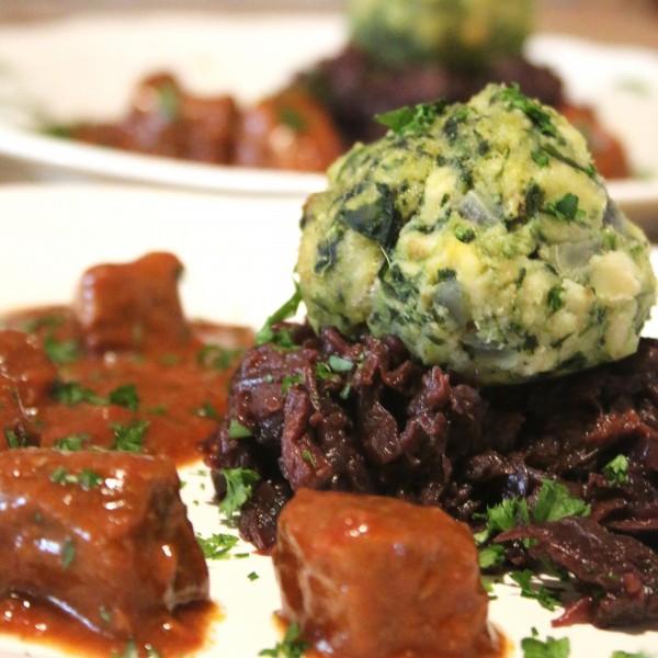 Barlauchknodel-mit-Rotkohl-und-Gulasch