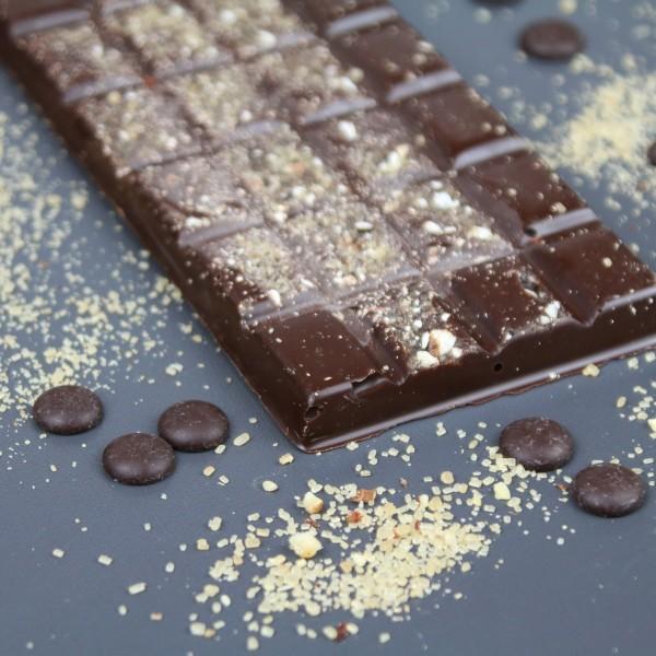 Zartbitterschokolade mit Haselnusszucker & Goldglimmer