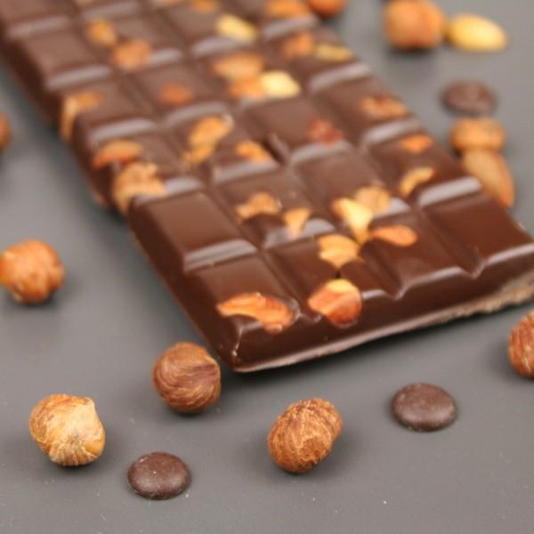 Zartbitterschokolade mit ganzen Haselnüssen in Mandellikör