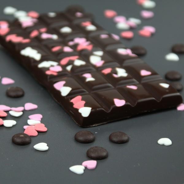 Zartbitter Schokolade mit Zuckerherzen