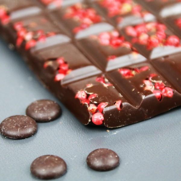 Zartbitterschokolade mit rosa Beeren