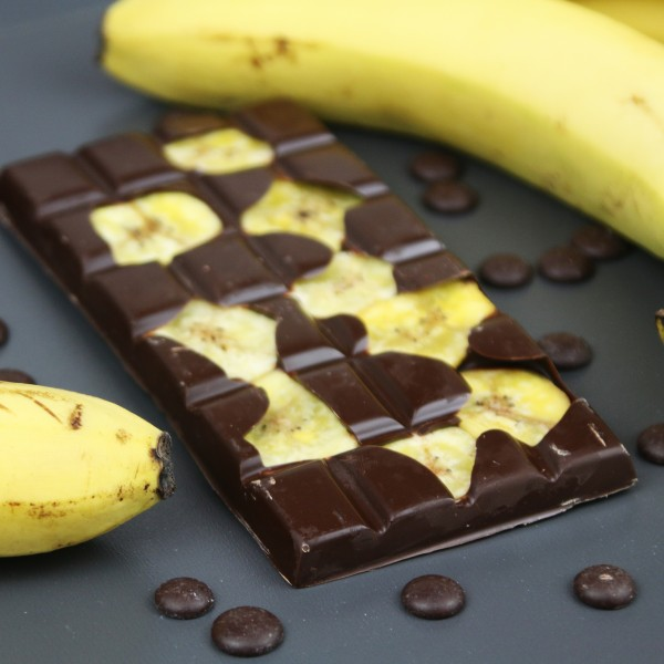 Zartbitter Schokolade mit Bananenchips